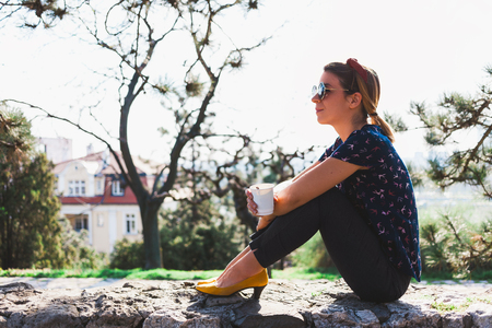 Young woman enjoying coffee in the park Archivio Fotografico