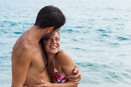 Young couple in love hugging at the beach Archivio Fotografico