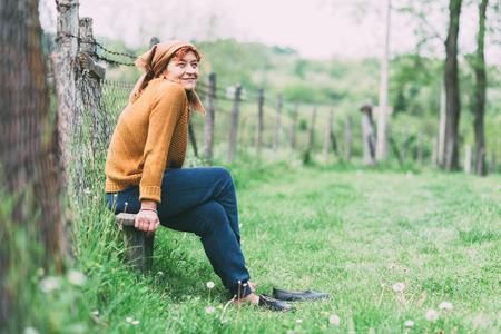 벤치 휴식에 앉아 농부 성숙한 여자