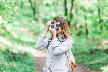 자연에서 사진을 찍는 젊은 여자