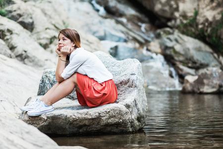 젊은여자가 강물에 공상