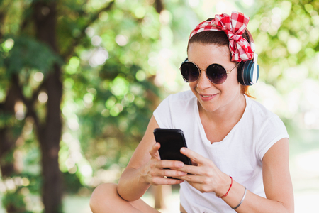 Young woman listening to the music on the smartphone Archivio Fotografico