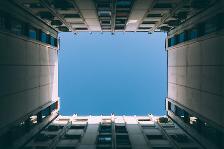 Low angle view of the sky between buildings Archivio Fotografico