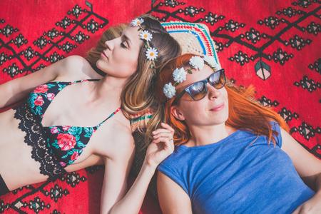 Two hippie girlfriends enjoying in the countryside Zdjęcie Seryjne