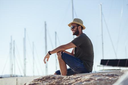 Man enjoying the view in the harbor Zdjęcie Seryjne