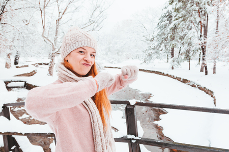 Young woman dancing in a park on a snowy day Zdjęcie Seryjne