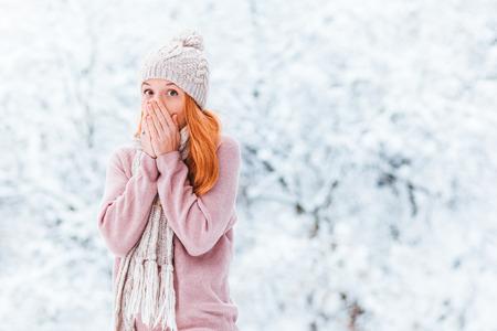 Portrait of a young woman in a snowy winter day Zdjęcie Seryjne