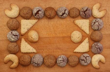 Schokolade, Ingwer und Haselnuss-Cookies Rahmen auf Holzbrett mit Stapel Cookie Ornament Lizenzfreie Bilder