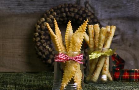 gressins: Maison Sal� gressins au parmesan grissini de fromage en pot et pomme de pin guirlande avec ruban de no�l en arri�re-plan