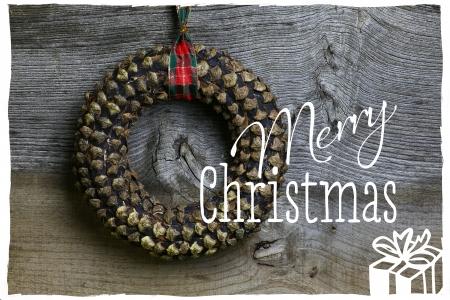 Frohe Weihnachten Nachricht, handgemachte Tannenzapfen Kranz Dekoration �ber rustikale Elm Holz Hintergrund - Retro-Stil Design