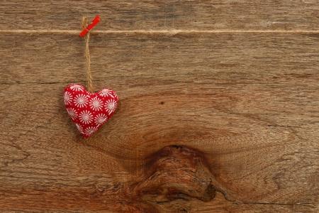 Gingham Liebes-Valentinsgru� Herz h�ngt an Holz Textur Hintergrund