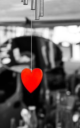 Helle Red Love Valentines Herzen h�ngen auf wei�em Seil Lizenzfreie Bilder