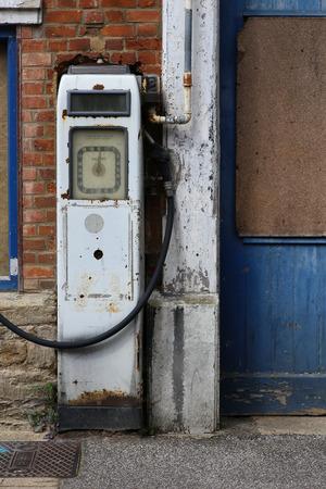 old service station: Vecchia stazione di rifornimento di benzina in disuso Buckingham Inghilterra