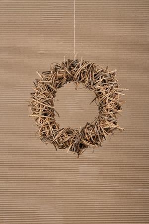 Runde braune Weihnachten Kranz aus nat�rlichen Zweige auf alten Karton rustikalen Hintergrund