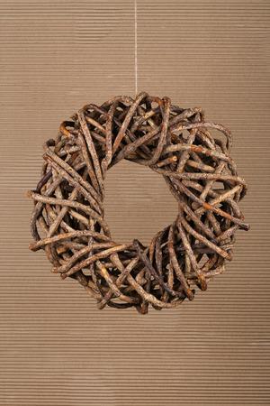 Runde braune Weihnachtskranz aus nat�rlichen Zweige auf alten Karton rustikalen Hintergrund