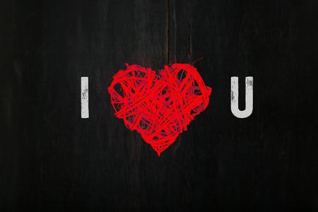 te amo: Mensaje de amor rom�ntico San Valent�n corona de flores de color rojo en forma de coraz�n mimbres sobre fondo oscuro