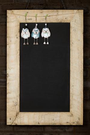 Frohe Weihnachten und Happy New Years Tafel Tafel Zinn Eule Dekoration Restaurant Vintage-Men�-Design auf lackierten aufgearbeiteten Holzrahmen isoliert auf dunkelbraunen Backsteinmauer Lizenzfreie Bilder