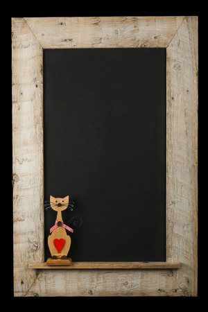 Weinlese-Valentinsgru�-Liebe Katze mit rotem Herz Tafel Tafel aus wiederverwendetem alte Holzrahmen isoliert auf schwarz mit Kopie Raum