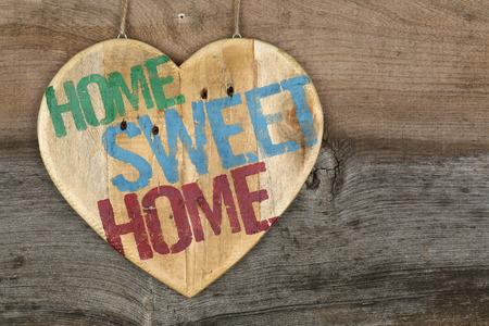 Home Sweet Home Nachricht h�lzerne Herz Zeichen auf grauem Hintergrund