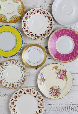 Satz von Platten mit antiken Figur border-Muster Sortierte vintage china auf wei� lackiert groben Holz Hintergrund Lizenzfreie Bilder
