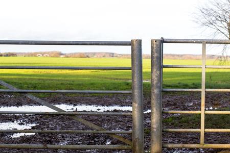 puertas de hierro: campo Vieja puerta por un borde de la carretera, rural escena Inglaterra de campos y prados en thebackground