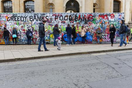 luxacion: Broad Street, Oxford, Reino Unido, 27 de noviembre de 2016: Instalación del arte por Jimmy Cauty's Consecuencias dislocación Principio (ADP), 40 pies contenedor de transporte que contiene un modelo de la monumental paisaje post-disturbios en miniatura vista a través de los puertos de observación en el Editorial