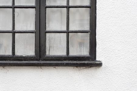condensacion: marco de la ventana de color negro con gotas de condensación en la pared blanca casa pintada, espacio de la copia