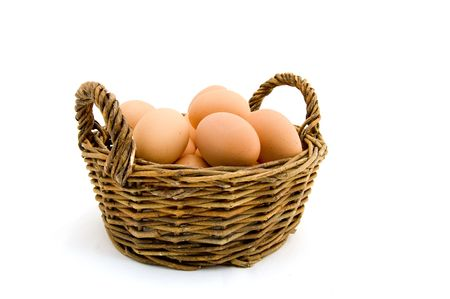 eier: Eier in einem Korb aus Holz auf einem wei�en Hintergrund Lizenzfreie Bilder