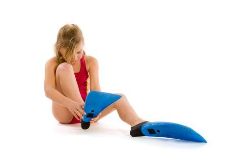 flippers: Chica con el pelo rubio tratando de poner en su aletas