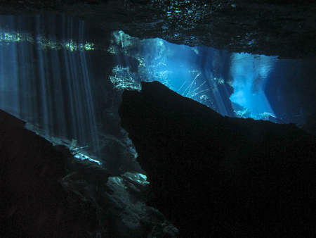 Reflection of light - Underwater at cenote Chac Mool in the Riviera Maya, Mexico. 免版税图像