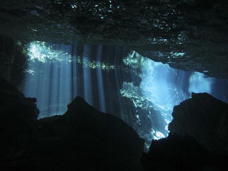 Reflejo de luz - Bajo el agua en el cenote Chac Mool en la Riviera Maya, México.