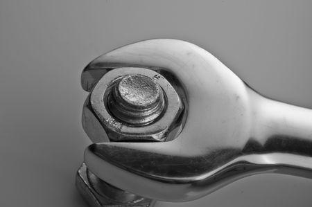 Cerca de una llave, ya sea apretando o aflojando una tuerca de un tornillo Foto de archivo - 4610295