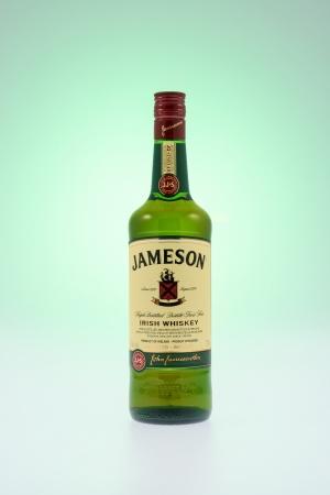 키치 너, 캐나다 - 2012 년 12 월 30 일 아일랜드 제 위스키 제임스 제임슨 위스키 한 병이 코르크에서 증류되어 현재 세계에서 가장 많이 팔리고있는 아일 에디토리얼