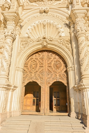 san miguel arcangel: Madera de las puertas de entrada a Catedral de Santiago de Saltillo, México