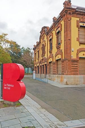 educazione ambientale: Barcellona, ??Spagna - 25 gennaio 2014 La Fabrica del sol una struttura comunale per l'educazione ambientale che integra una serie di servizi per i cittadini nelle energie rinnovabili, ambiente urbano visto dalla strada il 25 Gennaio 2014