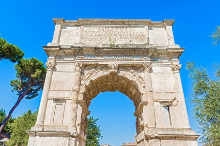 El Arco de Tito es un arco honorífico del siglo primero, situado en la Vía Sacra, Roma, justo al sur-este del Foro Romano Foto de archivo - 33898683