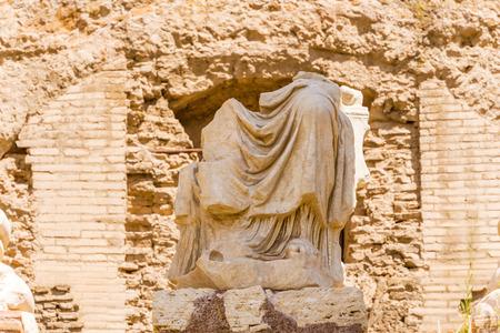 escultura romana: Escultura antigua en el Foro Romano. Foto de archivo
