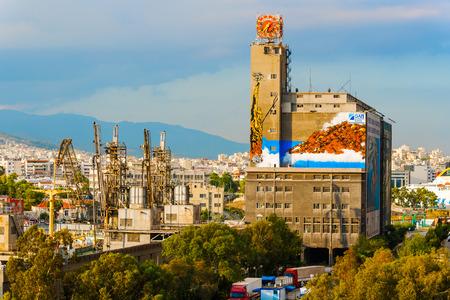 operates: Pireo, Grecia - 8 Settembre 2014: Piraeus Port Authority costruzione, la societ� di propriet� statale che gestisce la Grecia