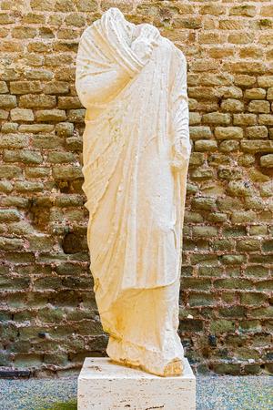 toga: Mausoleo de Cecilia Metella, Via Appia. Estatua de los hombres se coloc� fuera de la tumba para identificar a los muertos cuyo retrato esculpido esta en el cuerpo. Los hombres llevaban la toga romana distintivo.