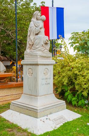 bandera panama: Madonna con Jes�s la escultura en la plaza central en Aguadulce en Panam�.