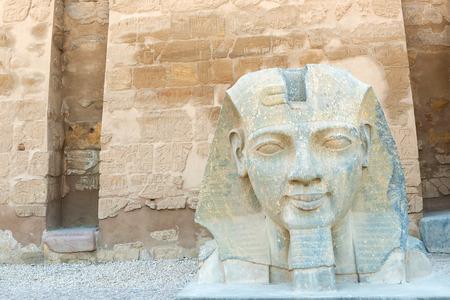 La escultura de Ramsés II en el templo de Luxor, Egipto Foto de archivo - 42959496