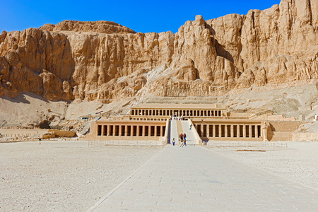 templo: Luxor, Egipto - 15 de enero de 2015: Los turistas que visitan el templo de Hatshepsut en Egipto, cerca de El Valle de Los Reyes Foto de archivo