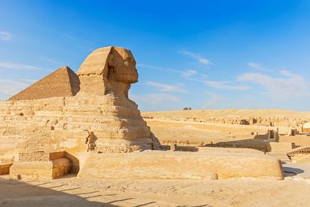 esfinge: Esfinge y la pir�mide de Giza en El Cairo, Egipto.