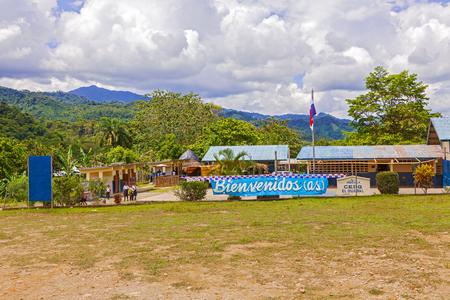 bandera de panama: Santa Fe, Panamá - 21 de noviembre 2015: Cartel de bienvenida en la escuela al final de la ruta 33, cerca de Santa Fe Editorial