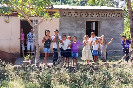 Masapa ルート 39 ニカラグアの農村で、家の前に Masapa、ニカラグア - 2016 年 11 月 21 日: 子供たち。 報道画像