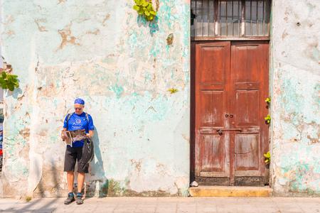 アンティグア、グアテマラ - 12 月 6,2016: 観光アンティグアの歴史的な町を訪問しています。入口のドアのストリート ビュー。 報道画像