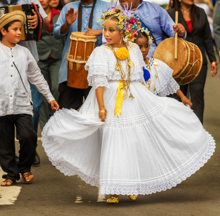 Chitre, Panama - November 19, 2016: Dressed in traditional pollera costume, girls marching in parade in Chitre the capital of the province of Herrera Panama in Azuero Peninsula. 新聞圖片