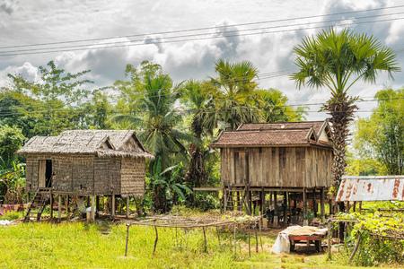 Tipiche case cambogiane presso la strada di campagna vicino a Kampong Thom in Cambogia.