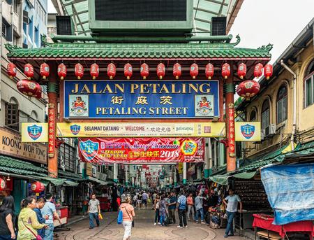 Kuala Lumpur, Malaysia - Jan 5, 2018: People entering Petaling Street in Chinatown in Kuala Lumpur, Malaysia. The area has dozens of restaurants and food stalls. 新聞圖片