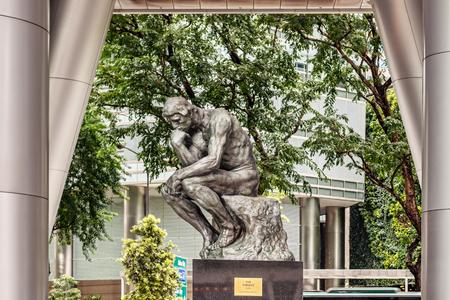 Singapour - 14 janvier 2018: Réplique de la sculpture du penseur bu Auguste Rodin à OUE Tower au centre-ville de la ville de Singapour.